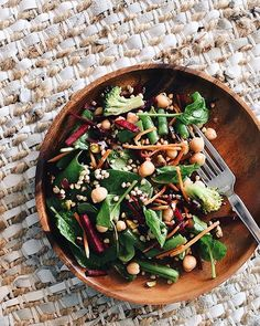 ✔️Training ✔️washing, and now working my way through a big booty batch of this buckwheat, chickpea veg salad on this sunny Saturday ☀️☀️☀️ the feels are good rn