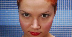 Cómo eliminar las manchas de tinte en la ropa. El tinte de pelo es un pigmento permanente usado para cambiar el color de tu pelo. Si has teñido tu cabello, es posible que algo de tinte haya acabado en tu ropa. Al igual que con muchos otros tintes y pigmentos, el tinte de cabello puede ser una mancha complicada de eliminar de la ropa. Actúa rápidamente y usa cosas que tienes en casa para ...
