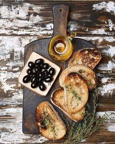 Rustic Living Food Flatlay, Food Photography Styling, Food Styling, Fresh Bread, Fingerfood, Food Presentation, Ciabatta, Food Design, Wine Recipes