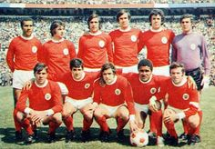 BENFICA 1971-72.  Debout: Zeca, Victor Martins, Adolfo, Malta da Silva, Humberto Coelho, José Henriques.  Accroupis: Graca, Nene, Artur Jorge, Eusebio, Simoes.