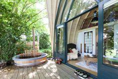 oh wow er is weer een nieuwe Love Bubble bij! Verscholen tussen de bomen van een landgoed ligt dit luxe wellness adresje. Met bubbelbad, hottub en sauna. Wat een romantisch plekje!