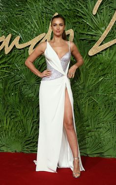 Irina Shayk in Versace dress at The British Fashion Awards 2017 White Evening Gowns, Evening Dresses, Sexy Dresses, Nice Dresses, Irina Shayk Style, Versace Gown, British Fashion Awards, Donatella Versace, Russian Models