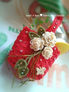 Pretty red crochet bag decorated with white roses and butterfly beads. Fill with homemade soaps, teas, jewelry for gifts. Crochet Pouch, Crochet Gifts, Crochet Motif, Diy Crochet, Crochet Designs, Crochet Dolls, Crochet Stitches, Crochet Baby, Crochet Patterns