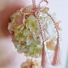 【le_magnolia.jp】さんのInstagramをピンしています。 《春先取り🌸桜のボールブーケ。 鞠 二段バージョン。 小さな鞠の下には タッセルの組紐リボンをさげています💍  アーティフィシャルフラワーやパールなどで 作っていますので、前撮りやお式の後は ドアノブやカーテンタッセル、 出窓などに飾って頂けます。  明日ウェブショップにアップ予定です🍡 和装や、クラシカルなドレスにも オススメです。  #2017春婚 #桜 #ボールブーケ #ブーケ #結婚式準備 #プレ花嫁 #日本中のプレ花嫁さんと繋がりたい #ウェディング #ウェディングフォト #ナチュラルウェディング #ウェディングブーケ #和装 #前撮り #和装前撮り #和装ブーケ #和装前撮り #bridalflowers #サクラ #白無垢 #weddingbouquet #wedding #sakura #kimono #bridalbouquet #bouquet #flowers #flowerstagram #weddingflowers #ピンク #花》