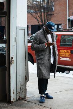 2016-12-16のファッションスナップ。着用アイテム・キーワードはキャップ, コート, シャツ, スニーカー, チェスターコート, 白シャツ, 黒パンツ,Nike(ナイキ)etc. 理想の着こなし・コーディネートがきっとここに。  No:144973