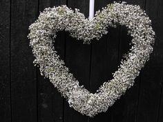 Dit hart met een doorsnee van ongeveer 30 cm is gebonden met gipskruid! Een mooi decoratiestuk voor in huis! Prijs: € 25,00