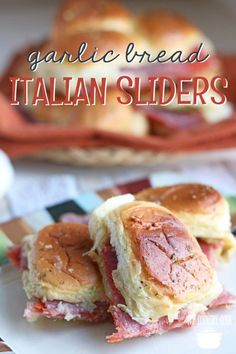 Easy Garlic Bread Italian Sliders recipe from The Country Cook are so cheesy and delicious for a snack or for dinner. Tacos, Burritos, Pizza Slider, Slider Sandwiches, Hawaiian Sweet Rolls, Slider Recipes, Wraps, Country Cooking, Cooks Country Recipes