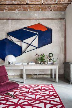 Canapea roz și bucătărie neagră într-un apartament din Barcelona Jurnal de design interior