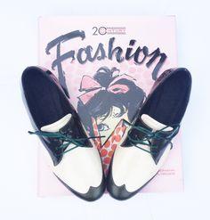 Abotinados / Acordonados / Oxford / Brogues / Prusiano / Derby / Lace up/ Shoes Zapatos 100% Cuero 100% Leather 100% Cuir 100% Couro 100% Cuoio Hecho a mano / Handcraft / Artigianato / Artisanat - Toribia Choque - Taschen Fashion 20th Century