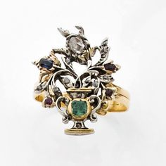 Georgian giardinetto ring; yellow gold and silver, set with emerald, ruby ​​and a small sapphire.