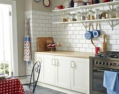 wandgestaltung küche weiße wandfliesen graue bodenfliesen offene wandregale