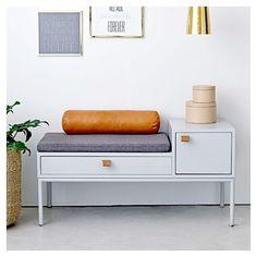 Ranger, décorer ou téléphoner confortablement dans l'entrée ou le salon, c'est agréable avec Phone Bench, ce banc gris Bloomingville avec tiroir & rangement fermé. Design scandinave, élégant et fonctionnel!