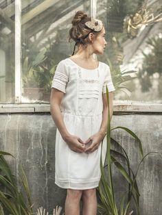 """Esprit """"bobo-chic"""" et charme des détails raffinés pour la robe Délicatesse. Plis religieuse, dentelle, broderie et coupe rétro-chic : un petit bijou d"""