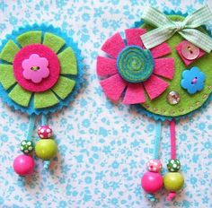 Broches primavera fucsia Broches primavera fucsia These would be such cute embellishments in a book! Felt Flowers, Fabric Flowers, Arts And Crafts, Diy Crafts, Felt Embroidery, Felt Brooch, Felt Fabric, Fabric Jewelry, Felt Diy