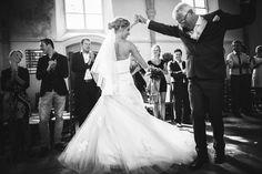 Bride dancing with her father, iSiweddings.nl