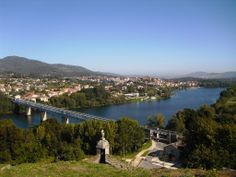 Frontera Hispano-Lusa. Vistas a Tuy en España desde la Fortaleza de Valença do Minho en Portugal.
