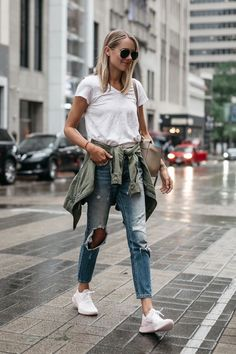 8 Jeans That Will Look Amazing on This Summer Jeans are the easiest choice if you are confused about the mix and match outfit you will wear. Jeans can make your summer with just about anything. Spring Outfits For Teen Girls, Summer Outfits Women, Outfits For Teens, Teenage Outfits, Boho Outfits, Stylish Outfits, Fashion Outfits, Fashion Fashion, Sneakers Fashion