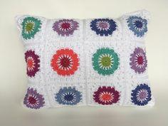 Cojín de colores tejido a crochet por CeciMoadKnits en Etsy