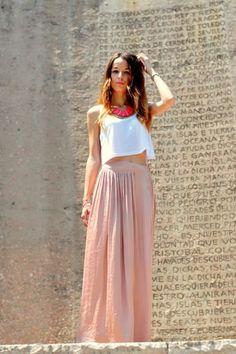 Look de invitada con falda // Wedding Look with Skirts. More on http://www.diariodeunanovia.es