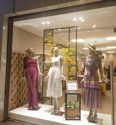 Clothing Boutique Interior, Clothing Store Design, Boutique Decor, Showroom Interior Design, Retail Interior, Vitrine Design, Window Display Retail, Retail Store Design, Boutique Dresses