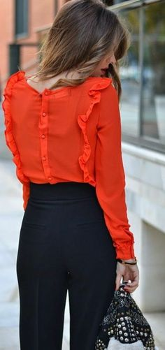 Awesome red blouse and black pants Red Blouse Outfit, Blouse Bleu Marine, Black And Orange Dress, Trendy Fashion, Fashion Looks, Fashion Corner, French Chic, Blue Pants, Red Blouses