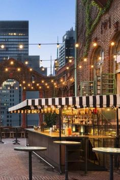 What We Love: A budget-friendly NYC stay with a happening rooftop bar. Pod 39 (N… - Modern Tree Restaurant, Luxury Restaurant, Restaurant Design, Santa Lucia, Airstream, Hotel Rooftop Bar, New York City Travel, Roof Styles, Rooftop Garden