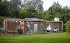 Небольшой деревянный современный дом для отдыха на берегу озера