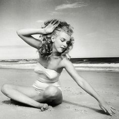 Marilyn Monroe photographed by Andre de Dienes, 1949 Marilyn Mon. - Expolore the best and the special ideas about Marilyn monroe Marilyn Monroe Cuadros, Fotos Marilyn Monroe, Marilyn Monroe Style, Marilyn Monroe Makeup, Marilyn Monroe Painting, Young Marilyn Monroe, Norma Jean Marilyn Monroe, Hollywood Stars, Classic Hollywood