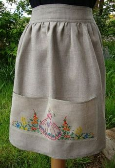 I couldn't find the apron in the link but the picture is beautiful inspiration. Aprons Vintage, Vintage Fabrics, Sewing Aprons, Sewing Clothes, Apron Designs, Cute Aprons, Half Apron, Vintage Crafts, Vintage Embroidery