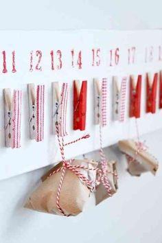 pinces à linge blanches et rouges décoratives et de petits sacs en papier