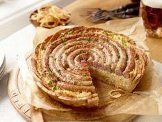 Brot-Torte mit Bratwurst und Sauerkraut
