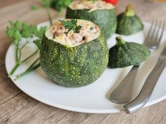 Zucchini stuffed with tuna and ricotta Greek Recipes, Light Recipes, Diet Dinner Recipes, Healthy Snacks, Healthy Recipes, Clean Eating Diet, Easy Diets, 300 Calories, Evening Meals