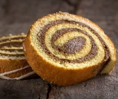 A piskótarolád igazi házi kedvenc. Bár sok cukrászdában találkozni vele, azért ez az a sütemény, amiből mindig a nagymama sütötte a legjobbat. Éppen ezért sokszor félve állunk neki, holott a piskótarolád nem ördöngösség, kis odafigyeléssel könnyedén elkészíthető sütemény. Dessert Express, Angel Cake, Biscotti, Sweet Recipes, Muffin, Food And Drink, Bread, Cooking, Breakfast