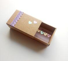 Πρωτότυπη Ευχετήρια Κάρτα σε Κουτί σε σχήμα Σπιρτόκουτου !! Η διάστασή του είναι 7,6 x 12,3 x 4,9 cm  Έχει γιρλάντα με χάρτινες καρδούλες , υφασμάτινη κορδέλα με λουλούδια ,διακοσμητικό κουμπί και δαντέλα.  Κάνε την μαμά να χαμογελάσει !Έτσι απλά! Ναι ναι ... θα το κρύβει στο συρτάρι θα το ανοίγει που και που και θα χαμογελάει!  Μπορείς να προσθέσεις το μήνυμά σου ή ένα μικρό γράμμα με όλα αυτά που έχεις να της πεις! Card Case, Wallet, Box, Cards, Snare Drum, Maps, Playing Cards, Purses, Diy Wallet