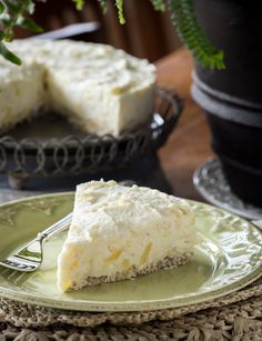 Coconut Pineapple Cheesecake (raw, vegan, no nuts) Sounds good but takes a lot of raw coconut. Raw Vegan Desserts, Paleo Dessert, Vegan Sweets, Gluten Free Desserts, Healthy Desserts, Just Desserts, Delicious Desserts, Dessert Recipes, Yummy Food