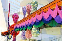 Joana Vasconcelos crea un'installazione di 50 metri in stoffa, led, perline e ricami L'artista portoghese Joana Vasconcelos ha creato un'enorme installasione permanente per il museo danese ARoS. Studiata per il grande spazio espositivo la scultura misura ben 50 metri in lunghezza e o #arte #scultura #installazione #mostra