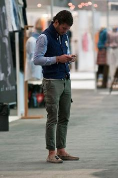 We are talking about Cargo Pants Outfit Ideas For Men. So those who are looking for the inspiration about Cargo Pants Outfit Ideas just check out. Green Pants Outfit, Cargo Pants Outfit, Cargo Pants Men, Cargo Vest, Style Masculin, Pantalon Cargo, Herren Outfit, Blue Long Sleeve Shirt, Fashion Tights