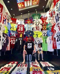 Niesamowita kolekcja koszulek piłkarzy Lionela Messiego • Lionel Messi z synem chwali się swoją wyjątkową kolekcją • Wejdź i zobacz #lionelmessi #messi #football #soccer #sports #sport #pilkanozna #futbol
