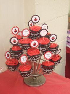 Torre de cupcakes nas cores e tema