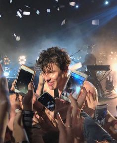 I love this photo! Shawn Mendes ShawnMendes shawnmendesthetour inmyblood why song singer music love handsome cute fallinallinyou becauseihadyou nervous tnhmb lovehimsomuch Shane Mendes, Shawn Mendes Concert, Shawn Mendes Cute, Shawn Mendes Imagines, Cute Celebrities, Celebs, Shawn And Camila, Fangirl, Foto Gif