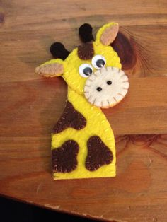 Giraffe Finger Puppet - cute idea for Quiet Book Felt Puppets, Felt Finger Puppets, Puppet Toys, Hand Puppets, Craft Stick Crafts, Felt Crafts, Finger Fun, Finger Puppet Patterns, Felt Ornaments Patterns