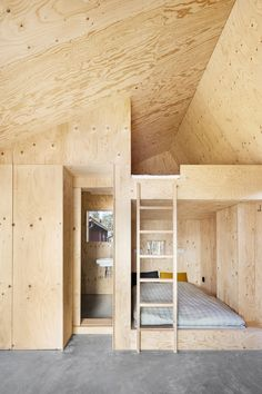 Lookofsky outfitted the bedroom with built-in pine plywood bunkbeds, walls, and a ceiling. The bathroom and a closet are also wrapped in plywood. Plywood House, Plywood Walls, Pine Plywood, Plywood Sheets, Plywood Interior, Red Houses, Tiny House Design, Architecture, Small Spaces