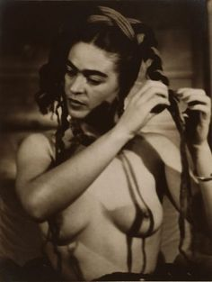 A topless how-to for Frida's hairstyle.