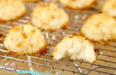 Kokos is heerlijk! Deze kokosmakronen zijn super makkelijk te maken met maar twee ingrediënten. Als je zorgt dat deze twee altijd in de kast staan.... Dessert Cake Recipes, Just Desserts, Cookie Recipes, My Recipes, Sweet Recipes, Cupcake Cakes, Cake Cookies, Good Food, Yummy Food