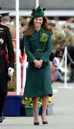 <p>2014 sah die Herzogin nach ihrem Urlaub mit dem Herzog von Cambridge auf den Malediven gut gebräunt aus. Sie hatte sich in einen Mantel von Hobbs gehüllt und trug ihre Haare offen in weich fallenden Wellen. Auch in diesem Jahr hatte sie zu diesem Anlass die Brosche von Queen Mum angesteckt. [Bild: PA] </p>