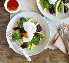 Poached eggs with avocado, beetroot and spinach - Healthy Food Guide Healthy Eating Recipes, Healthy Breakfast Recipes, Brunch Recipes, Gourmet Recipes, Healthy Brunch, Gourmet Foods, Healthy Meals, Vegetarian Recipes, Dinner Recipes