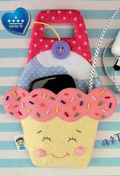 Porta telefonino in caricaPhone holder when chargingUseful DIY and Mixed Fun added a new photo. Foam Crafts, Fabric Crafts, Sewing Crafts, Diy And Crafts, Sewing Projects, Paper Crafts, Felt Phone, Support Telephone, Felt Patterns