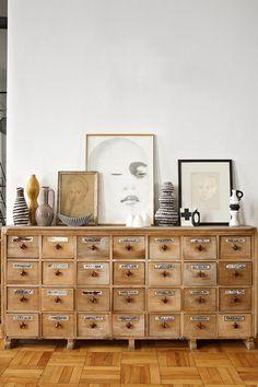 Sobre un mueble francés de botica, dibujos de artistas locales como Tracy Payne y Johannes Meintjes combinados con cerámica de los 60, en la casa de Laureen Rossouw en Ciudad del Cabo. AD España, © Montse Garriga