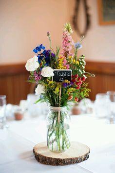 Centro de mesa con flores silvestres tipo vintage. #BodaVintage #ideasBoda. Índigo Bodas y Eventos www.indigobodasyeventos.com