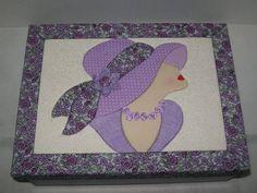 Caixa de MDF com aplicação da técnica de Patchwork no Isopor na tampa, a base é pintada com tinta PVA. R$ 65,00